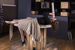 Jong meisje in een ongebruikelijk binnenland Royalty-vrije Stock Afbeelding