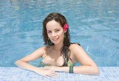 Jong meisje in een pool Stock Afbeeldingen