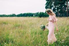 Jong Meisje in een Roze Kleding in de Weide royalty-vrije stock afbeeldingen