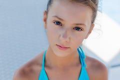 Jong meisje in een zwempak op een plank door de pool Stock Afbeeldingen