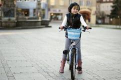Jong meisje en een fiets Stock Afbeeldingen