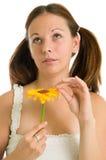 Jong meisje en gele bloem royalty-vrije stock afbeelding