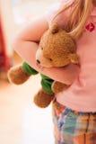 Jong meisje en haar teddybeer royalty-vrije stock foto's