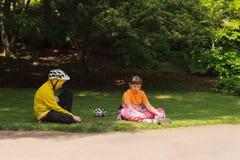 Jong meisje en jonge jongen in sportkleding en sportenhelmen Stock Foto's