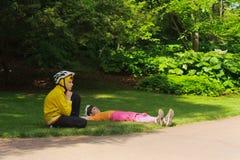 Jong meisje en jonge jongen in sportkleding en sportenhelmen Royalty-vrije Stock Afbeeldingen