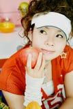 Jong meisje en rode appel Royalty-vrije Stock Foto's