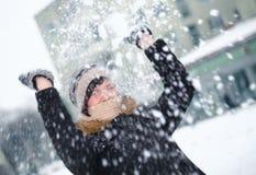 Jong meisje en sneeuwbalstrijd Stock Foto