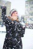 Jong meisje en sneeuwbalstrijd Royalty-vrije Stock Afbeelding