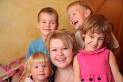 Jong meisje en vier kinderen stock afbeeldingen