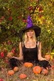 Jong meisje in Halloween-kostuum het praktizeren yoga Royalty-vrije Stock Foto's