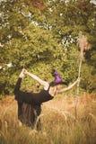 Jong meisje in heksenkostuum die geschiktheid doen Royalty-vrije Stock Afbeelding