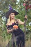 Jong meisje in heksenkostuum met bezemsteel Stock Afbeeldingen