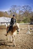 Jong meisje het berijden paard royalty-vrije stock fotografie