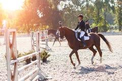 Jong meisje het berijden paard in de ruiterconcurrentie Stock Foto's