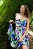 Jong meisje in het bos Stock Fotografie
