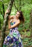 Jong meisje in het bos Royalty-vrije Stock Foto's