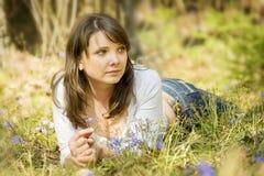 Jong meisje in het bos Royalty-vrije Stock Afbeelding