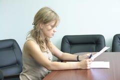 Jong meisje in het bureau Stock Foto's