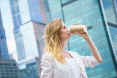 Jong meisje in het drinken van koffie in de straat Stock Foto