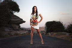 Jong meisje in het midden van de weg Royalty-vrije Stock Afbeeldingen