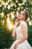 Jong meisje in huwelijkskleding in park het stellen voor fotograaf Zonnig weer, de zomer Royalty-vrije Stock Foto's
