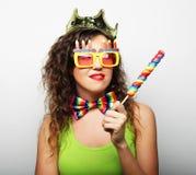Jong meisje klaar voor partij - glimlach en gelukkig Royalty-vrije Stock Foto