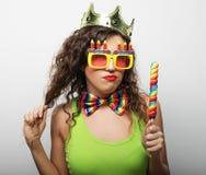 Jong meisje klaar voor partij - glimlach en gelukkig Royalty-vrije Stock Afbeelding