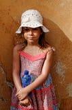Jong meisje in kleding en hoed Royalty-vrije Stock Foto