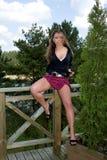 Jong meisje in korte rok Stock Afbeeldingen