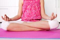 Jong meisje in lotusbloempositie die - thuis mediteren Royalty-vrije Stock Afbeelding