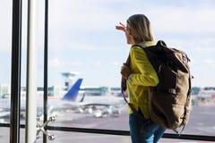 Jong meisje in luchthaven klaar voor nieuwe avonturen stock fotografie