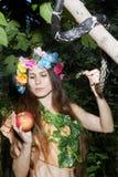 Jong meisje met appel en slang Stock Foto