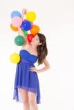 Jong meisje met ballons op een witte achtergrond stock foto