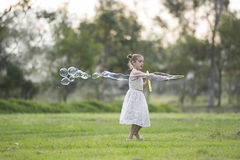 Jong meisje met bellentoverstokje Royalty-vrije Stock Foto