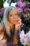 Jong meisje met bloemen Stock Afbeelding