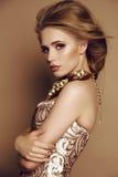 Jong meisje met blond haar en heldere make-up met toebehoren royalty-vrije stock afbeelding