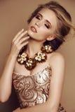 Jong meisje met blond haar en heldere make-up met toebehoren royalty-vrije stock afbeeldingen