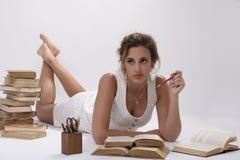 Jong meisje met boeken op de vloer Stock Fotografie