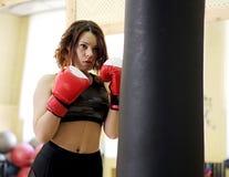 Jong meisje met bokshandschoenen Stock Foto's