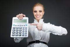 Jong meisje met calculator op grijs Stock Foto's