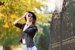 Jong meisje met camera in openlucht stock foto