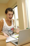 Jong meisje met computer Royalty-vrije Stock Fotografie