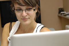 Jong meisje met computer Stock Afbeelding