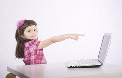 Jong meisje met computer Stock Fotografie