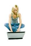 Jong meisje met computer Stock Afbeeldingen