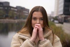 Jong meisje met de winterlaag in stad Royalty-vrije Stock Afbeeldingen