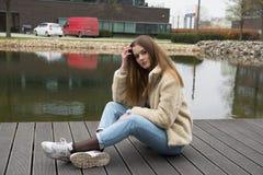 Jong meisje met de winterlaag in stad Royalty-vrije Stock Fotografie