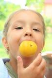 Jong meisje met een appel Stock Foto