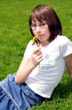 Jong meisje met een bloem Stock Fotografie
