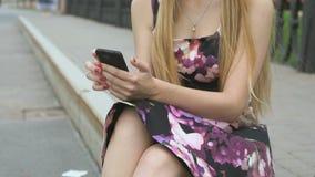 Jong meisje met een cellphone in openlucht stock video